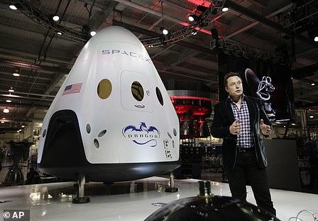 Elon Musk met Dragon Crew-capsule