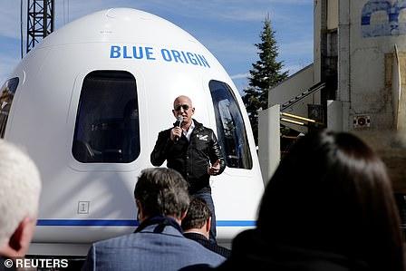 Jeff Bezos voor de Blue Origin-ruimtecapsule