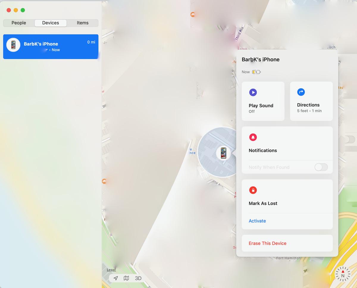 Met Zoek mijn kunt u uw telefoon lokaliseren, een melding verzenden of deze wissen.  (Opmerking: de kaart is om privacyredenen vervaagd.)
